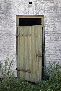 wooden-door-open_19-97664