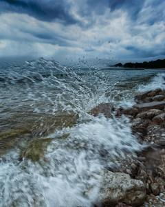 wave splashing on rocks Tyler Feld 07142018